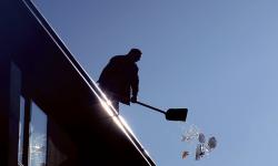 Fastighetsjuristen svarar: Vem har ansvar för snöröjning?